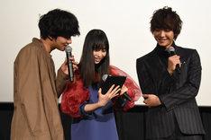 Twitterを見る北村匠海(左)、森川葵(中央)佐藤寛太(右)。
