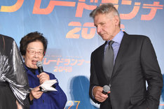 戸田奈津子(左)の日本語訳を熱心に聞くハリソン・フォード(右)。