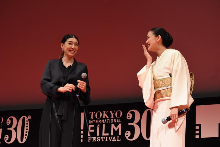 第30回東京国際映画祭オープニングセレモニーの様子。左から安藤サクラ、蒼井優。