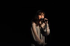 歌う桐嶋ノドカ。
