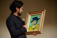 自身の肖像画を見つめる山田孝之。