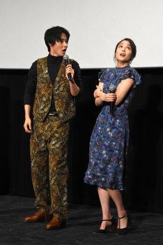ダジャレを発した山崎賢人(左)とそのダジャレに腕をさすりぶるぶると震える広瀬アリス(右)。