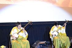 演奏する吉田兄弟。