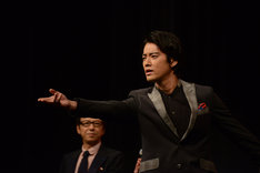 登壇するなり観客に投げキッスする桐谷健太。