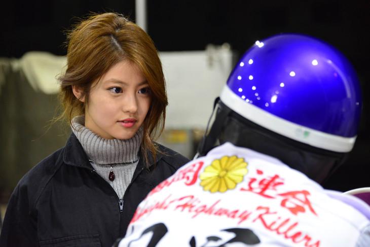 「デメキン」より、今田美桜演じるアキ。