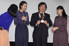 町山智浩が選ぶ、2016年町山大賞の受賞記念メダルを観客に見せる片渕須直。