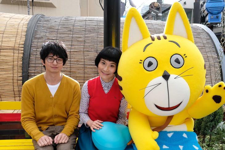 「泥棒役者」にカメオ出演する向井理(左)、片桐はいり(中央)、猫のタマ(右)。