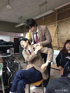 土曜ナイトドラマ「オトナ高校」オフショット。上から城田優、三浦春馬。