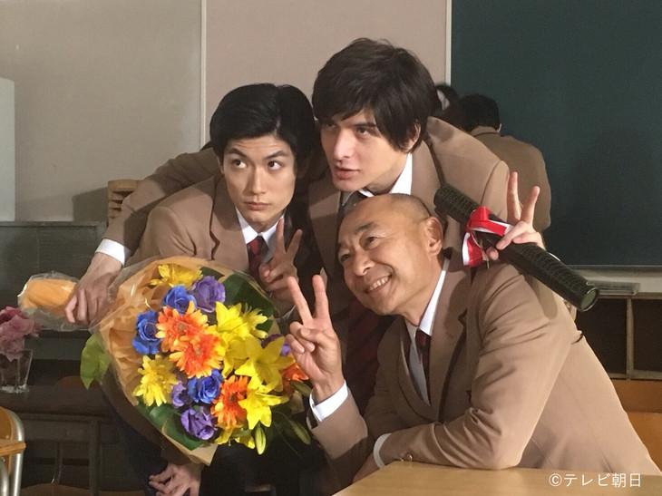 土曜ナイトドラマ「オトナ高校」オフショット。左から三浦春馬、城田優、高橋克実。