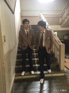 土曜ナイトドラマ「オトナ高校」オフショット。左から三浦春馬、城田優。