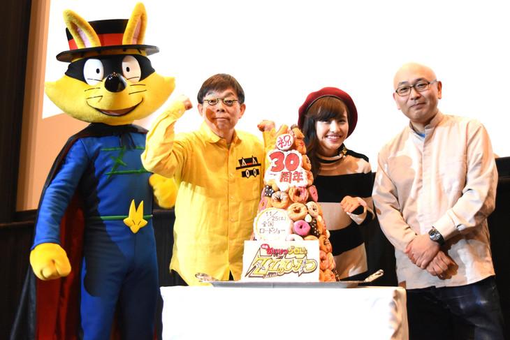 「映画かいけつゾロリ ZZ(ダブルゼット)のひみつ」完成披露試写会の様子。左からゾロリ、原ゆたか、百田夏菜子、藤森雅也。