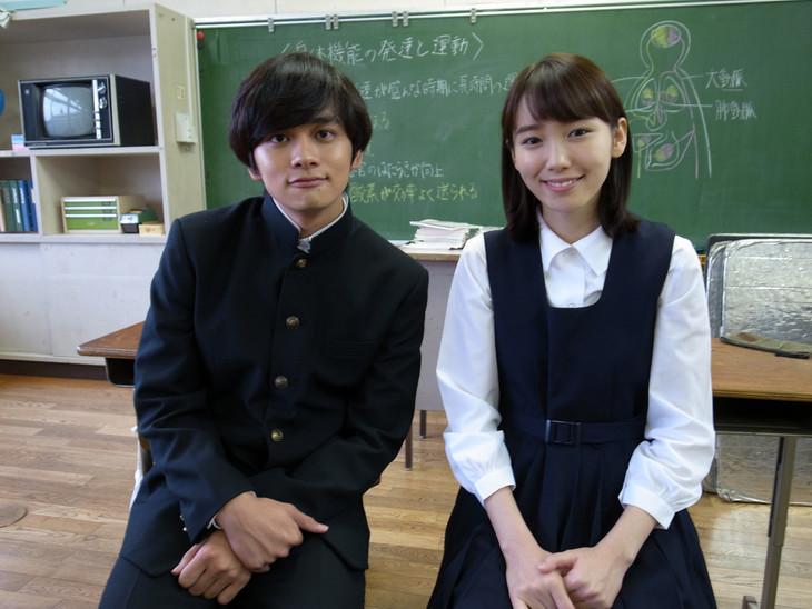 ドラマ「ずっと笑ってた」に出演する北村匠海(左)と飯豊まりえ(右)。