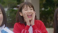 ドラマ「ずっと笑ってた」より、飯豊まりえ演じる同級生。