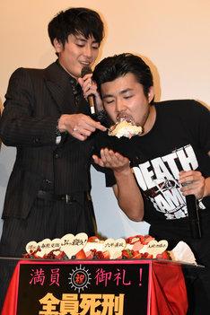 """間宮祥太朗(左)にケーキを""""アーン""""される小林勇貴(右)。"""