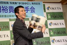 セカンド写真集「歩(あゆむ)」より、お気に入りのページを紹介する山田裕貴。