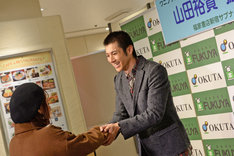 ファンに声をかけられ、「僕も緊張しています!」と返す山田裕貴(右)。
