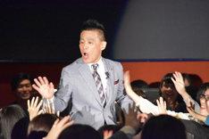 観客とハイタッチしながら登場した柳沢慎吾。