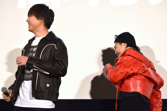 柳沢慎吾の登場に爆笑するTAKAHIRO(左)と登坂広臣(右)。