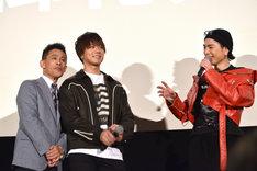 TAKAHIRO(中央)から離れようとしない柳沢慎吾(左)。