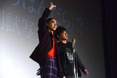 スパークスとして漫才を披露する菅田将暉(左)、川谷修士(右)。