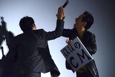 ハイタッチをするあほんだらの2人。左から桐谷健太、三浦誠己。