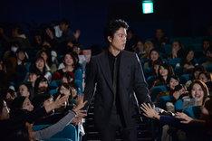客席から三浦誠己を探す桐谷健太。