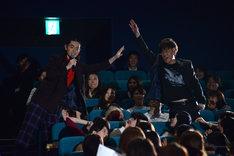 客席から川谷修士(右)を見つける菅田将暉(左)。