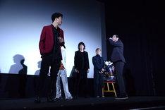 肩をぶつけた健太郎に「なんやきさん、コラァ!」とすごむ山田裕貴(右)。