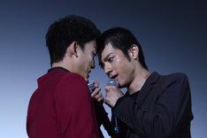 睨み合う健太郎(左)と山田裕貴(右)。
