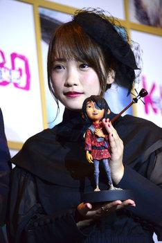 川栄李奈と撮影で実際に使用されたクボの人形。