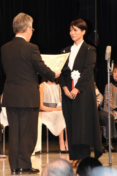 三島有紀子(右)