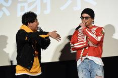 「ガッサーッといいところ持っていくじゃないですか」と登坂広臣(右)に突っ込む山下健二郎(左)。