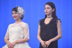 左から平祐奈、山本舞香。