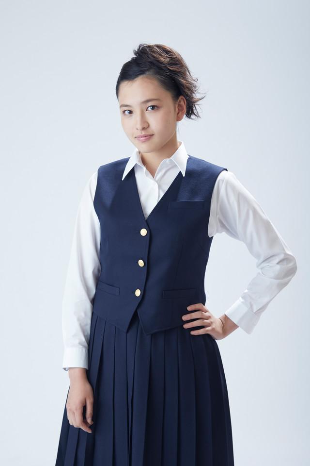上田良子役の北村優衣。