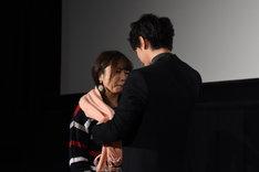 佐藤健(右)からひと足早いクリスマスプレゼントを受け取り、涙を流すファン(左)。