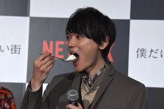 ケーキを頬張る古川雄輝。