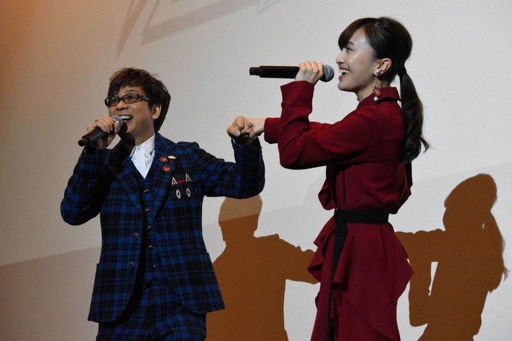 主題歌を歌う山寺宏一(左)と百田夏菜子(右)。