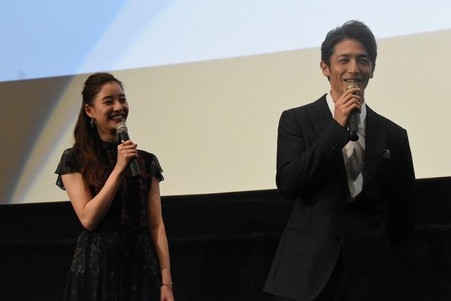 左から新木優子、玉木宏。