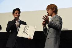 吉沢亮(右)の「やっとこさ」という言葉遣いを笑う玉木宏(左)。