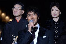 左から春風亭昇太、阿部寛、伊藤蘭。