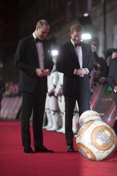 BB-8のお辞儀に笑顔を見せる英国王室のウィリアム王子(左)とヘンリー王子(右)。
