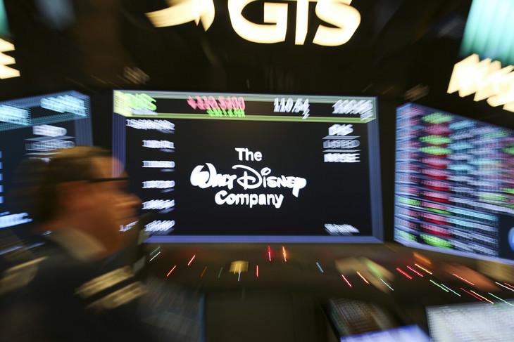 米ニューヨーク証券取引所より、ウォルト・ディズニー社の株価データディスプレイ。(写真提供:Xinhua / Sipa USA / Newscom / ゼータ イメージ)