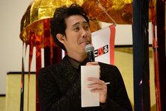 岡田裕介からの手紙を手にし感慨の表情を浮かべる大泉洋。