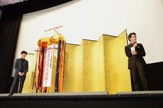 松田龍平(左)の「一度、持ち帰らせてください」という反応に、思わずステージの端まで移動した大泉洋(右)。