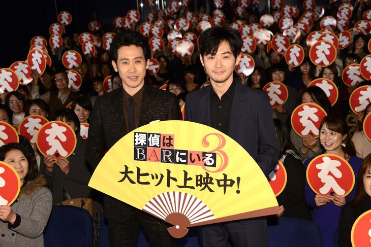 「探偵はBARにいる3」大ヒット舞台挨拶の様子。左から大泉洋、松田龍平。