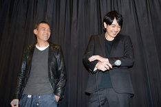 「MR.LONG/ミスター・ロン」初日舞台挨拶にて、左からSABU、青柳翔。