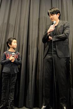 目を合わせるバイ・ルンイン(左)と青柳翔(右)。