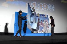 パディントンから贈られた絵本を開く、松坂桃李(左)と斎藤工(右)。