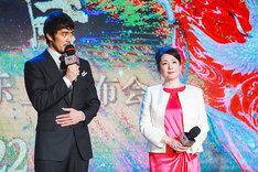 左から阿部寛、松坂慶子。