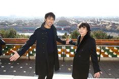 中国・北京の景山公園を訪れた阿部寛(左)と染谷将太(右)。